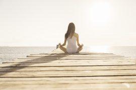 Die Menstruationstasse ist bequem - auch bei der Meditation am See.