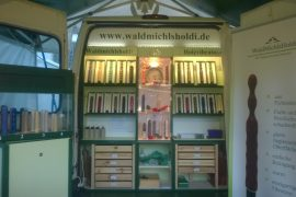 Der Holzvibrator-Verkaufsstand
