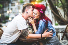Frau beichtet ihrem Partner erotische Fantasien.