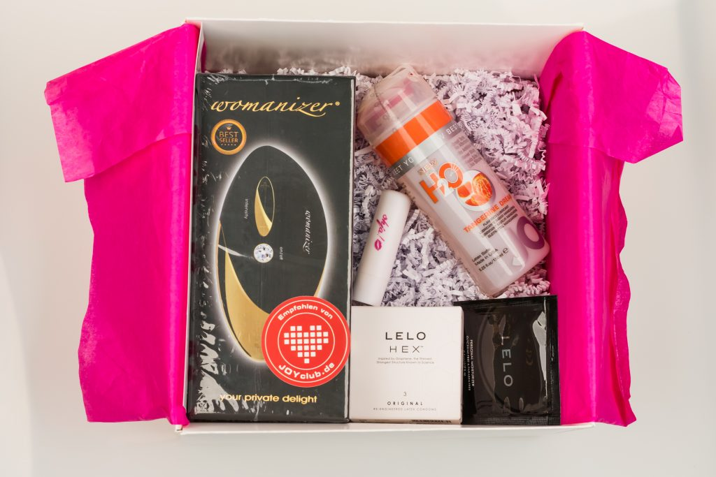 Die ohja!-Weihnachtsbox ist prallgefüllt mit einem Womanizer PRO, Lelo Hex Kondomen und JO Cocktail-Gleitgel!
