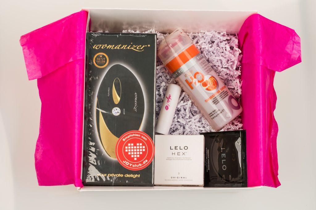 Die ohja!-Box ist prallgefüllt mit einem Womanizer PRO, Lelo Hex Kondomen und JO Cocktail-Gleitgel!