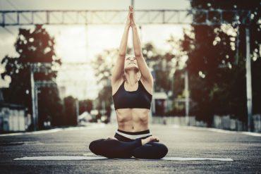 Liebeskugeln und Yoga helfen beim Beckenbodentraining.