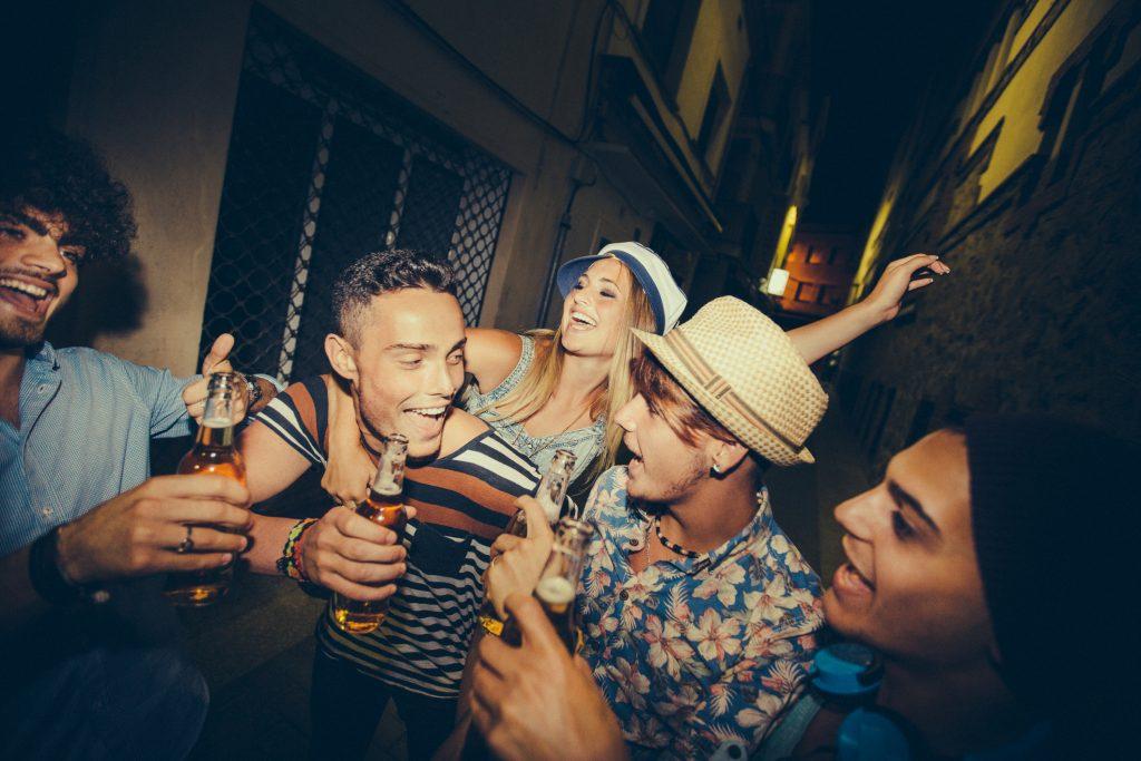 Dating-App Typen: Das Gruppenprofilbild