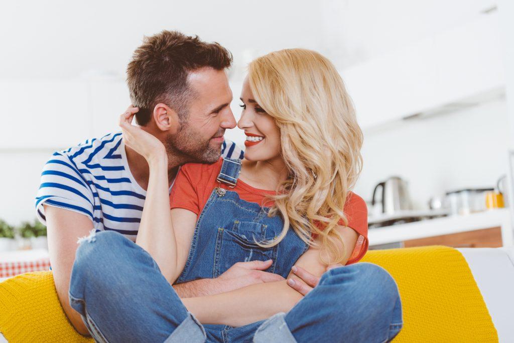 Eifersucht bekämpfen: Ein klärendes Gespräch mit dem Partner ist wichtig!