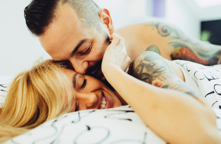 Was Männer im Bett wollen? Morgendliche Ausflüge auf die andere Bettseite. © Getty Images / vgajic