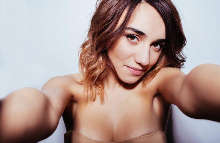 Schönheitsideal: Frau macht Selfie